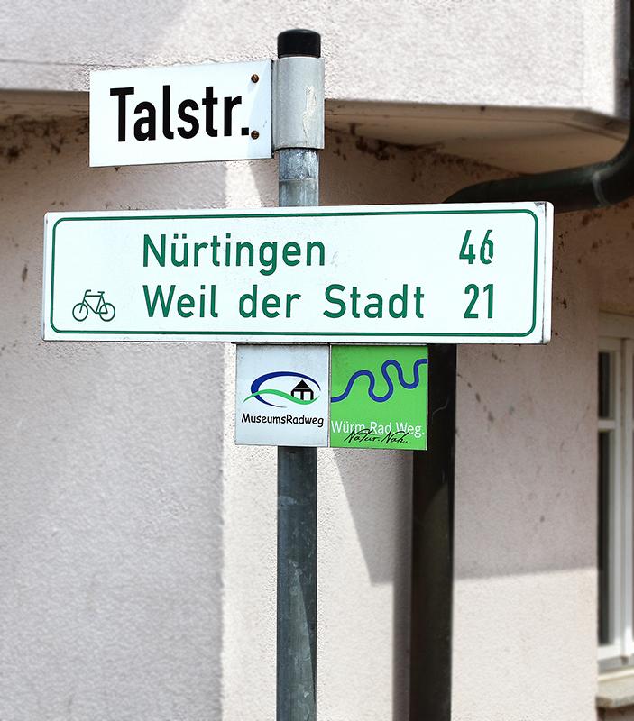 Wegweiser im Ort Hildrizhausen (etwa 3.650 Einwohner). Hier im Umland entspringt die Würm als kleiner Bach.