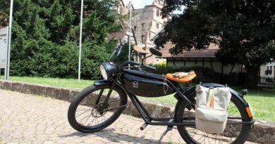 hochblau Magazin -E-Moped vor den Klosterruinen in Calw-Hirsau - Copyright Hans-Jörg Ernst