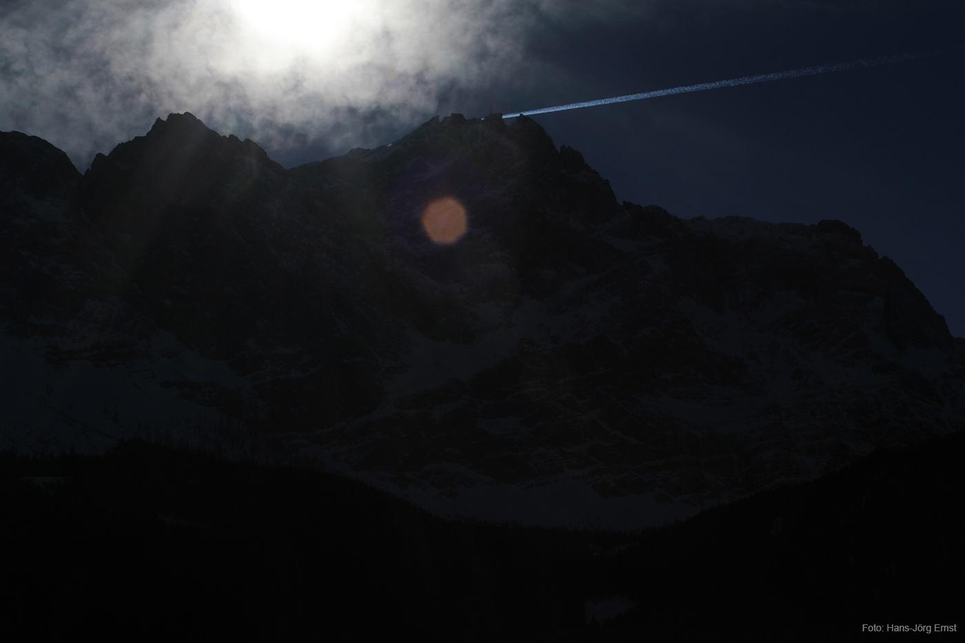 IM GEGENLICHT Bebauung auf der Spitze: Mit 2.962 Metern Höhe ist die Zugspitze Deutschlands höchster Berg.
