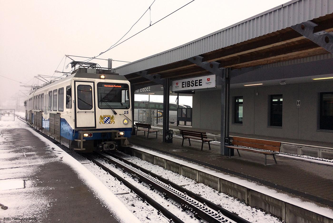 DIE AUS DEM NEBEL KAM Ankunft der Zahnradbahn vom Zugspitzplatt in der Station Grainau/Eibsee.