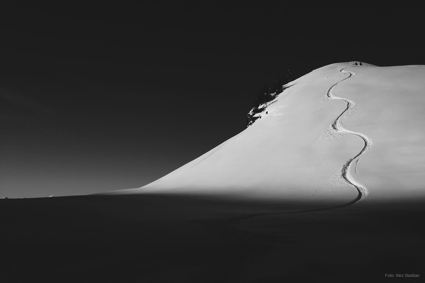 EINSAM Die Spur eines Skifahrers im Tiefschnee.