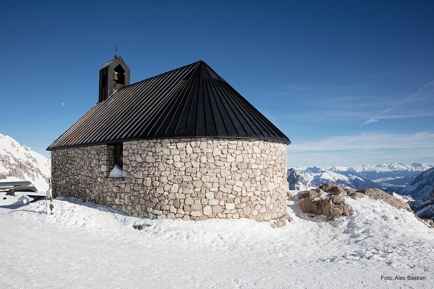 DEM HIMMEL SO NAH Die Kapelle Maria Heimsuchung steht in unmittelbarer Nähe zum Zugspitzgletscher auf fast 3.000 Metern Höhe.