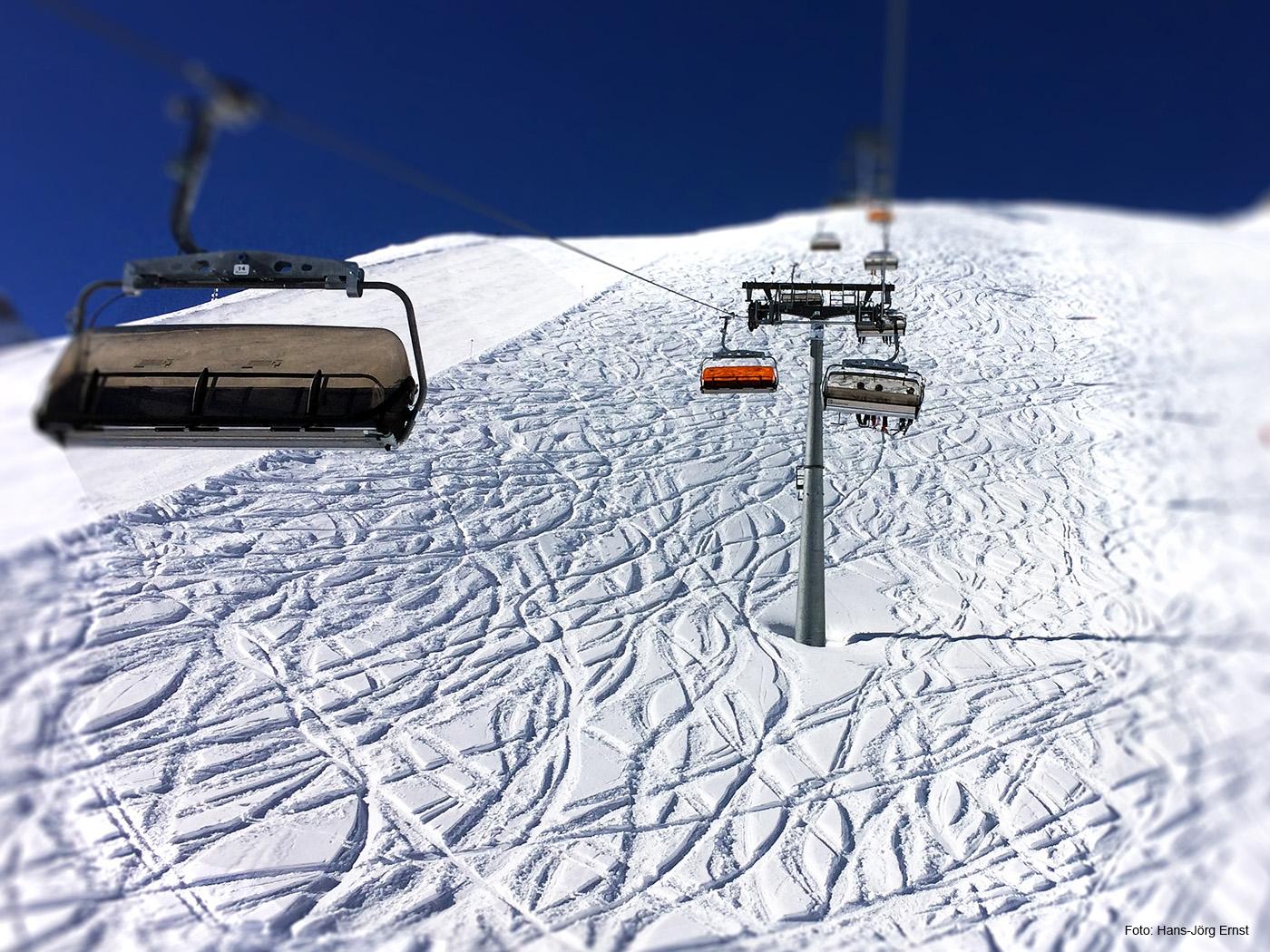 SCHLANGENLINIEN Abseits der gespurten Pisten haben Skifahrer im Tiefschnee ihre Spuren gezogen.