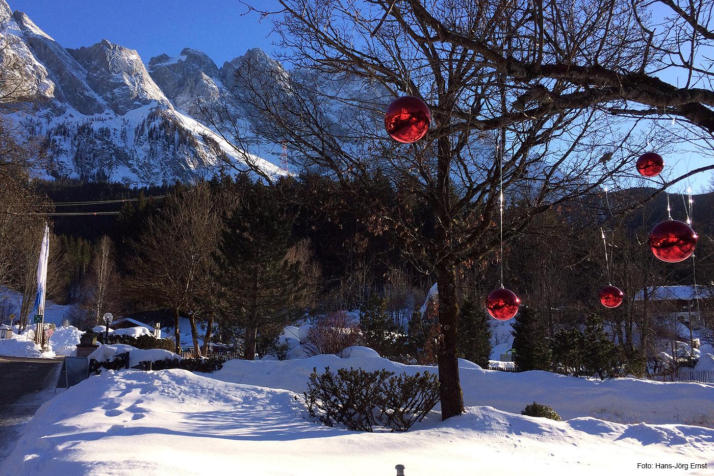 TRAUMLAGE Das Eibsee-Hotel (4 Sterne) liegt direkt am See und an der Station Grainau/Eibsee, am Fuß der Zugspitze.