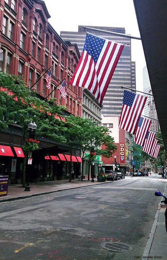Boston Strasse mit Flaggen - hochblau.com - Copyright Jennifer Ernst