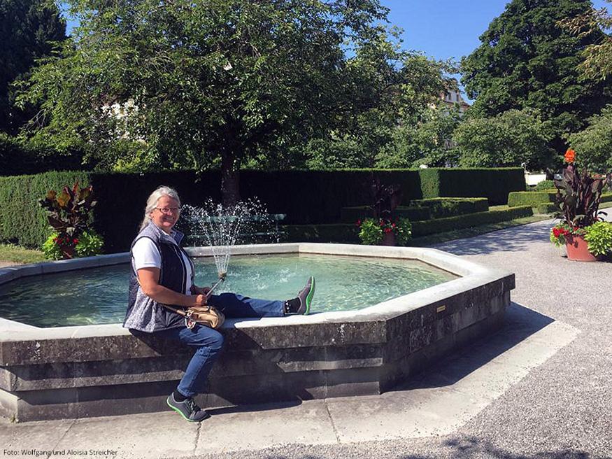 AUCH GEMÜTLICH Wenn auch nicht ganz so vornehm, wie im Schloss. Aloisia im Park von Schloss Salem. | Foto: Wolfgang und Aloisia Streicher