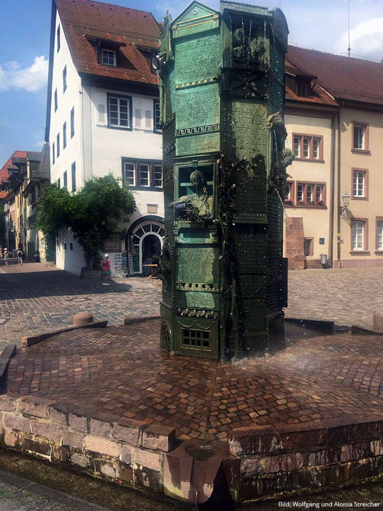VIEL ZU BIETEN Innenstadt von Villingen hier mit neuem Brunnen auf dem Münsterplatz | Foto: Wolfgang und Aloisia Streicher