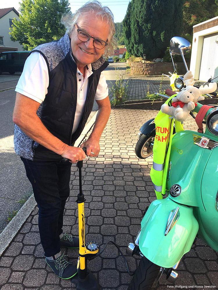 Wolfgang kontrolliert noch einmal den Luftdruck der beiden Elektro-Roller | Foto: Wolfgang und Aloisia Streicher