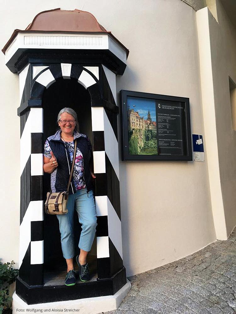 Auch mal Wache stehen? Aloisia Streicher probiert's aus. | Foto: Wolfgang und Aloisia Streicher