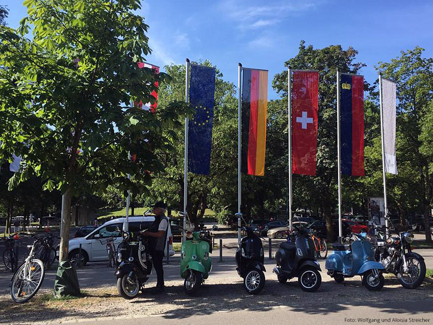 STILLLEBEN MIT ROLLER Ein schönes Bild, mit Flaggen der drei Anrainer: Deutschland, Österreich und die Schweiz | Foto: Wolfgang und Aloisia Streicher