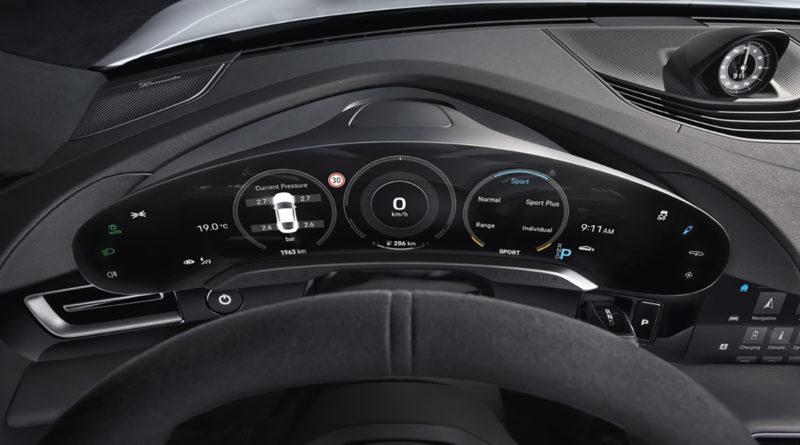 Porsche Taycan: Das freistehende und gebogene Kombiinstrument als höchsten Punkt auf der Instrumententafel.