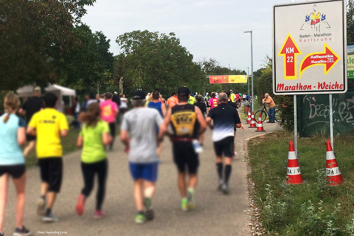 HALBZEIT 2 Hier trennen sich die Wege: Die Marathonläufer haben beinahe Halbzeit. Die Halbmarathonläufer haben's fast geschafft. Zum Ziel geht es nach rechts. | Foto: Hans-Jörg Ernst