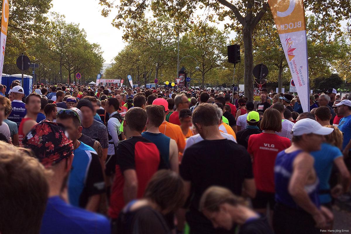 5.000 + SIND DA Im Startblock für die Marathon- und Halbmarathonstrecke: Noch 10 Minuten bis zum Start des Baden Marathon 2019. | Foto: Hans-Jörg Ernst