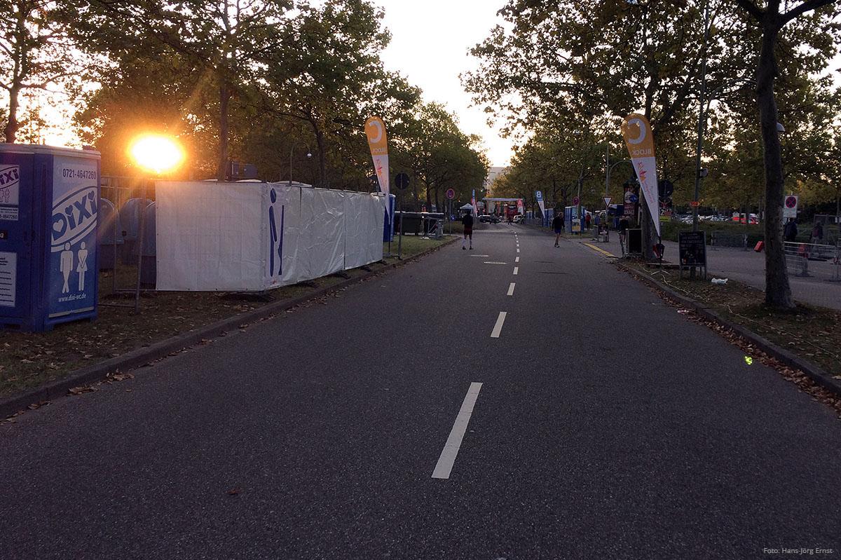 RUHE VOR DEM ANSTURM Der Startbereich: Noch ist es hier leer. Aber bald werden hier mehrere tausend Läuferinnen und Läufer dicht an dicht stehen und dem Start entgegenfiebern. | Foto: Hans-Jörg Ernst