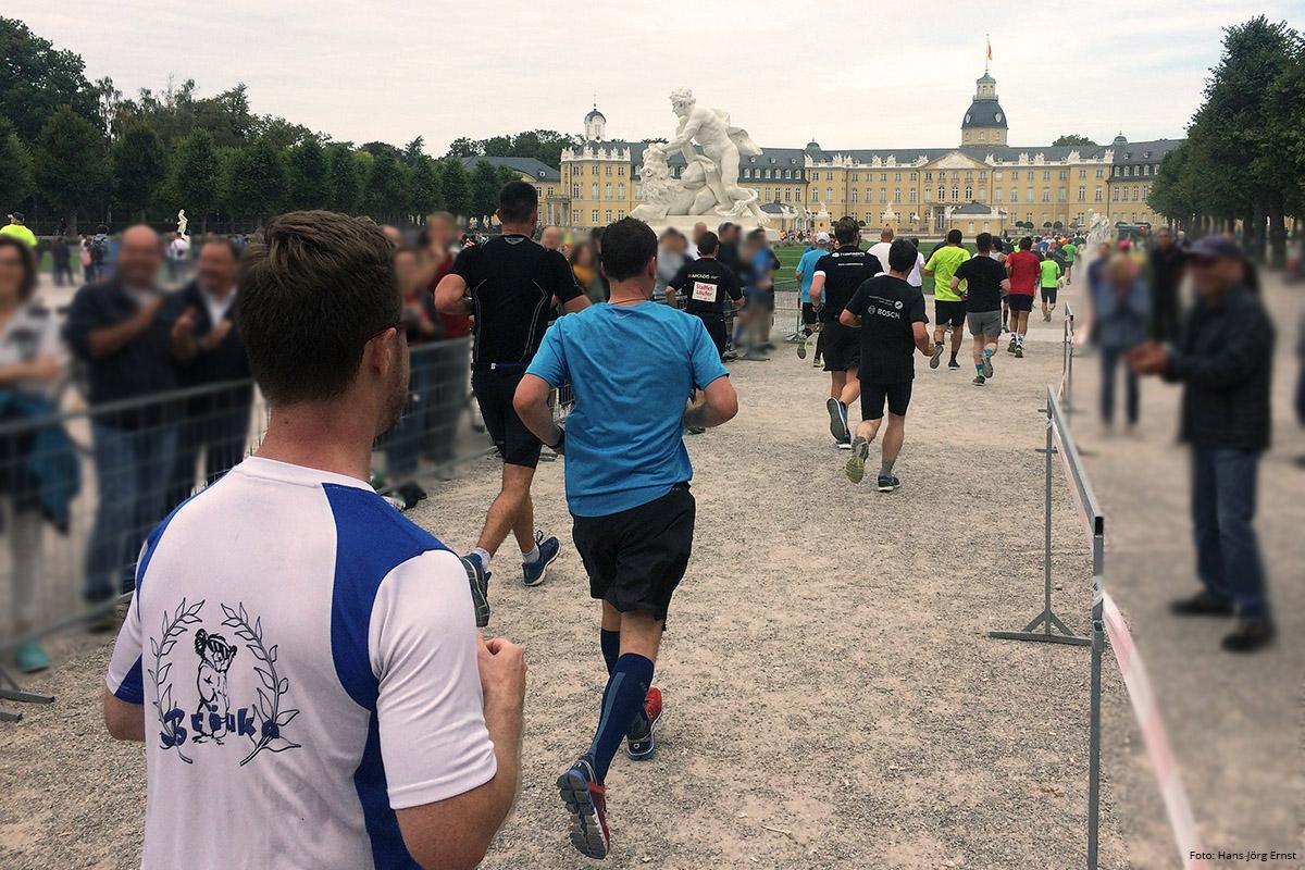 SCHLOSSRUNDE Für die Halbmarathonläufer einmal. Die Marathonläufer kommen zweimal am Karlsruher Schloss vorbei. | Foto: Hans-Jörg Ernst
