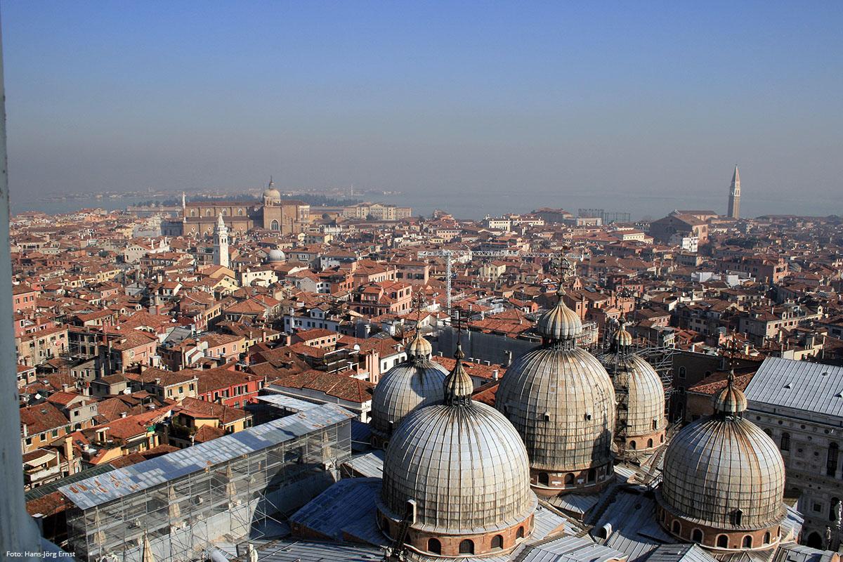 HOCH HINAUS Der Markusturm ist das höchste Gebäude der Stadt. Unten breitet sich Venedig aus. | Foto: Hans-Jörg Ernst