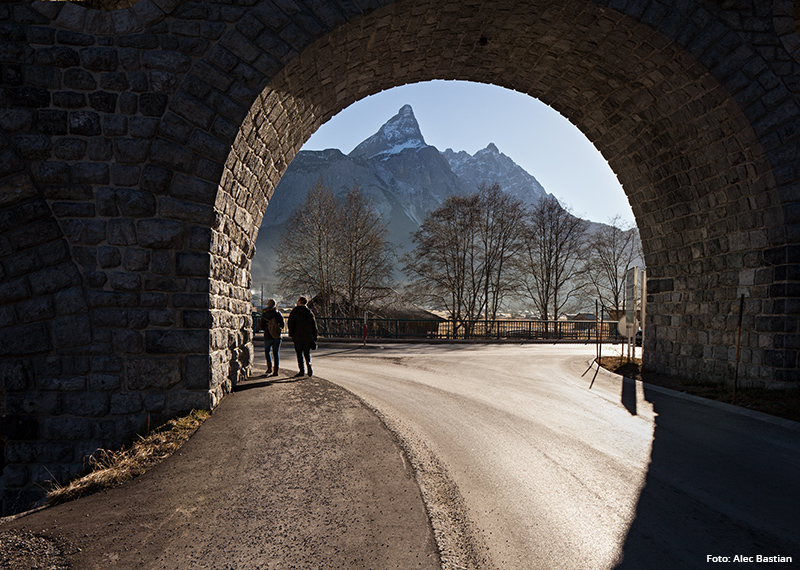 Berge hinter einem Tunnel | Foto: Alec Bastian