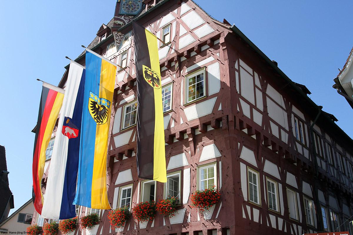 MÄCHTIGES FACHWERK Beeindruckend ist das Rathaus von 1441, an dem am Schäferlauf-Wochenende Flaggen wehen. | Foto: Hans-Jörg Ernst