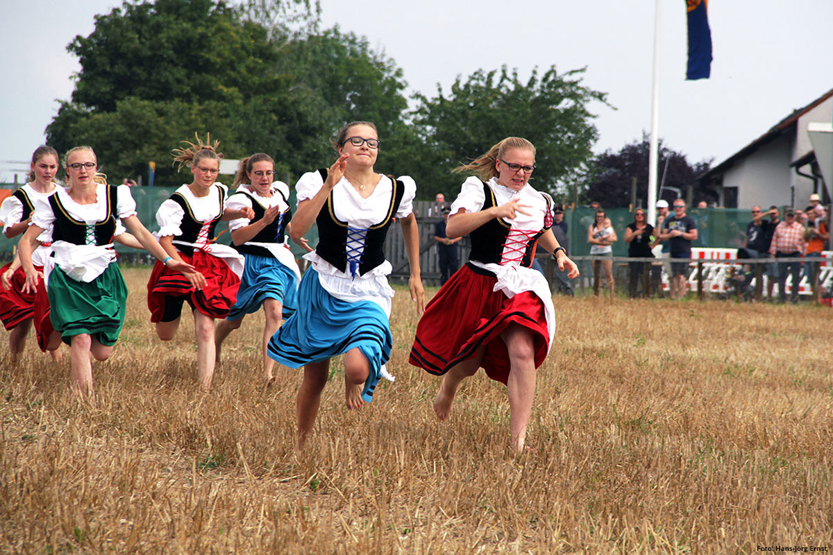 Tradition Schäferlauf: Barfuss über's Stoppelfeld   Foto: Hans-Jörg Ernst