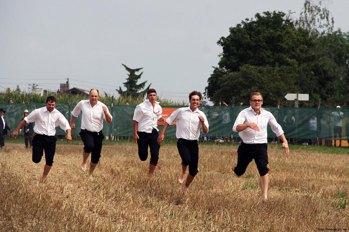 SCHNELLE SCHÄFER Auch die Jungs müssen ran und barfuß zeigen, was sie drauf haben. Die Mädels sind schon vor ihnen mit blanken Füßen über das 300 Schritt lange Stoppelfeld gelaufen. | Foto: Hans-Jörg Ernst