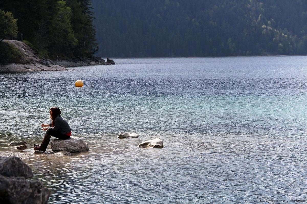 KRISTALLKLAR ist das Wasser des Eibsees in Grainau (Bayern). Nebenan erhebt sich die Zugspitze. Mensch und Natur sind in Einklang.