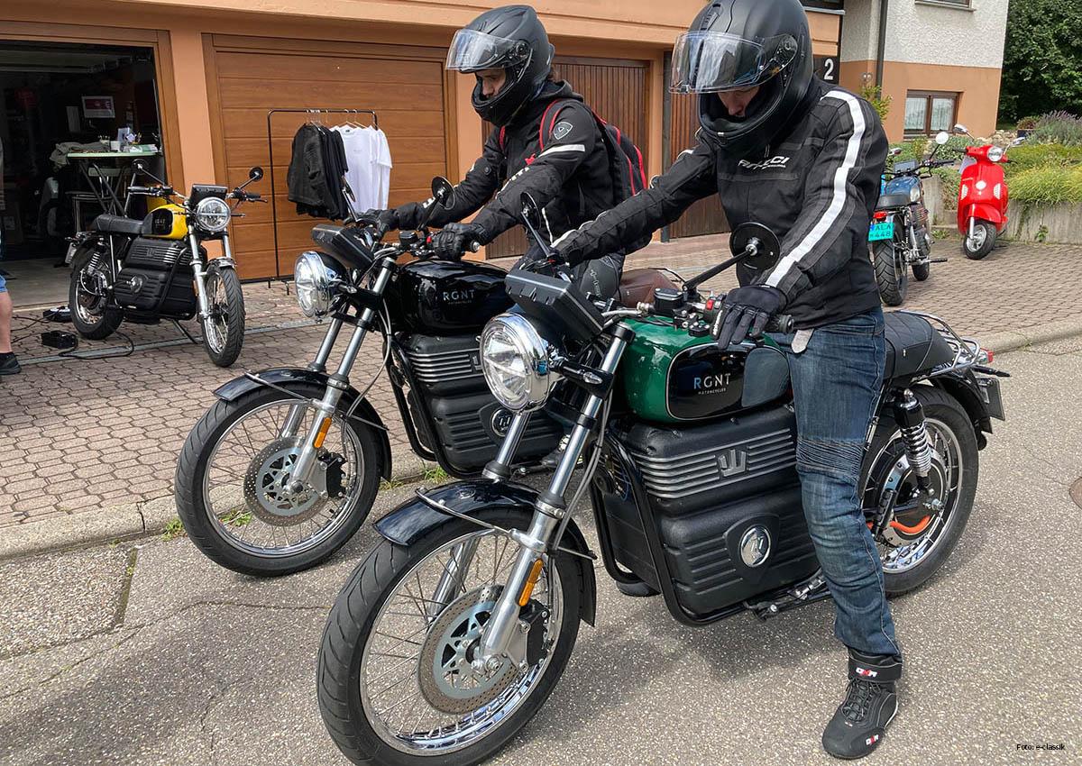 DICKE DINGER Den Fahrern macht es sichtlich Spaß mit dem RGNT No. 1 Elektromotorrad aus Schweden