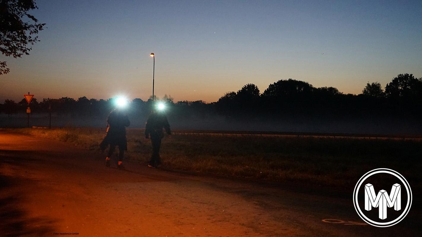 MIT STIRNLAMPE Wanderer bei Nacht beim Megamarsch Frankfurt